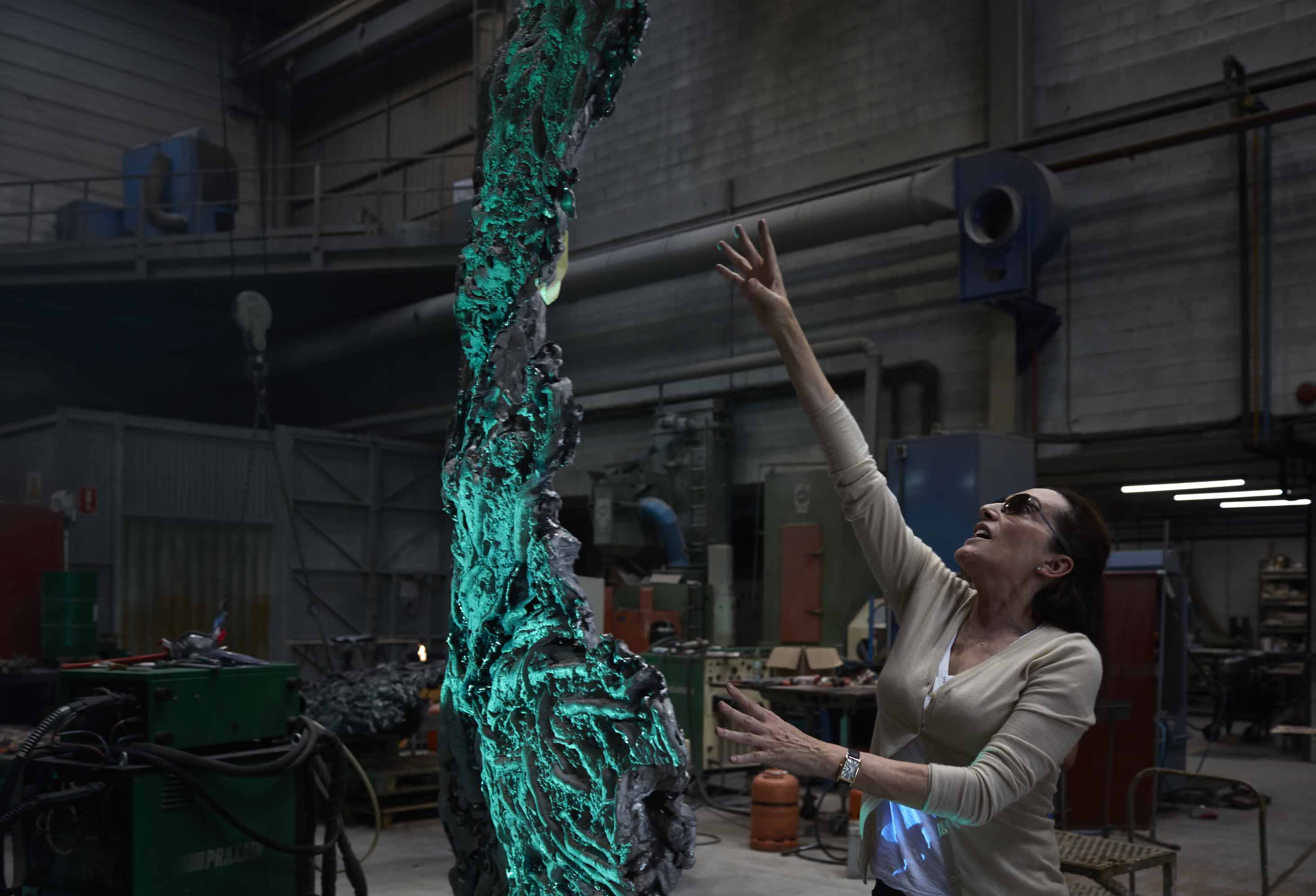 Cristina Iglesias working in Alfa Arte.Sculpture GROWTH I, aluminum and glass.