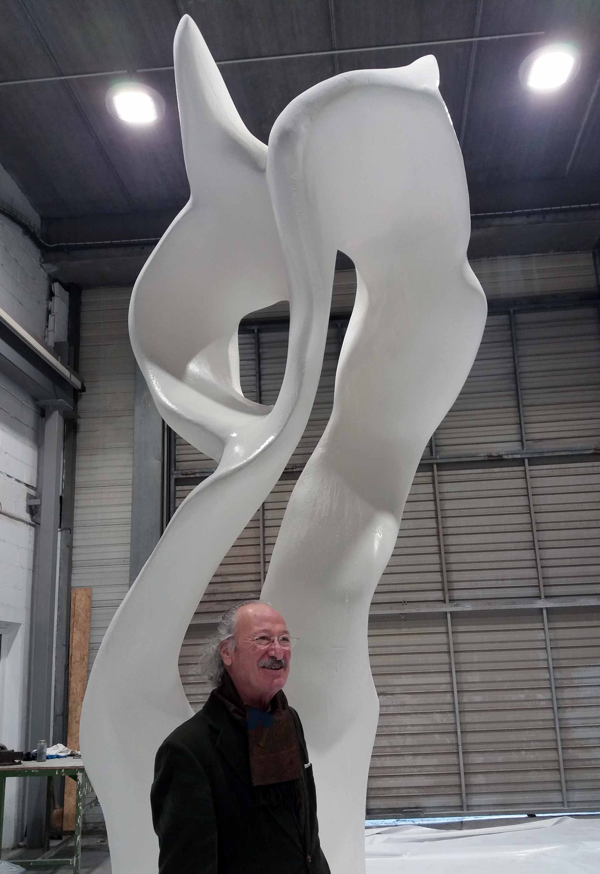 The sculptor Jesús Gallo Bidegain in Alfa Arte. Sculpture BUHO for EULEN Group