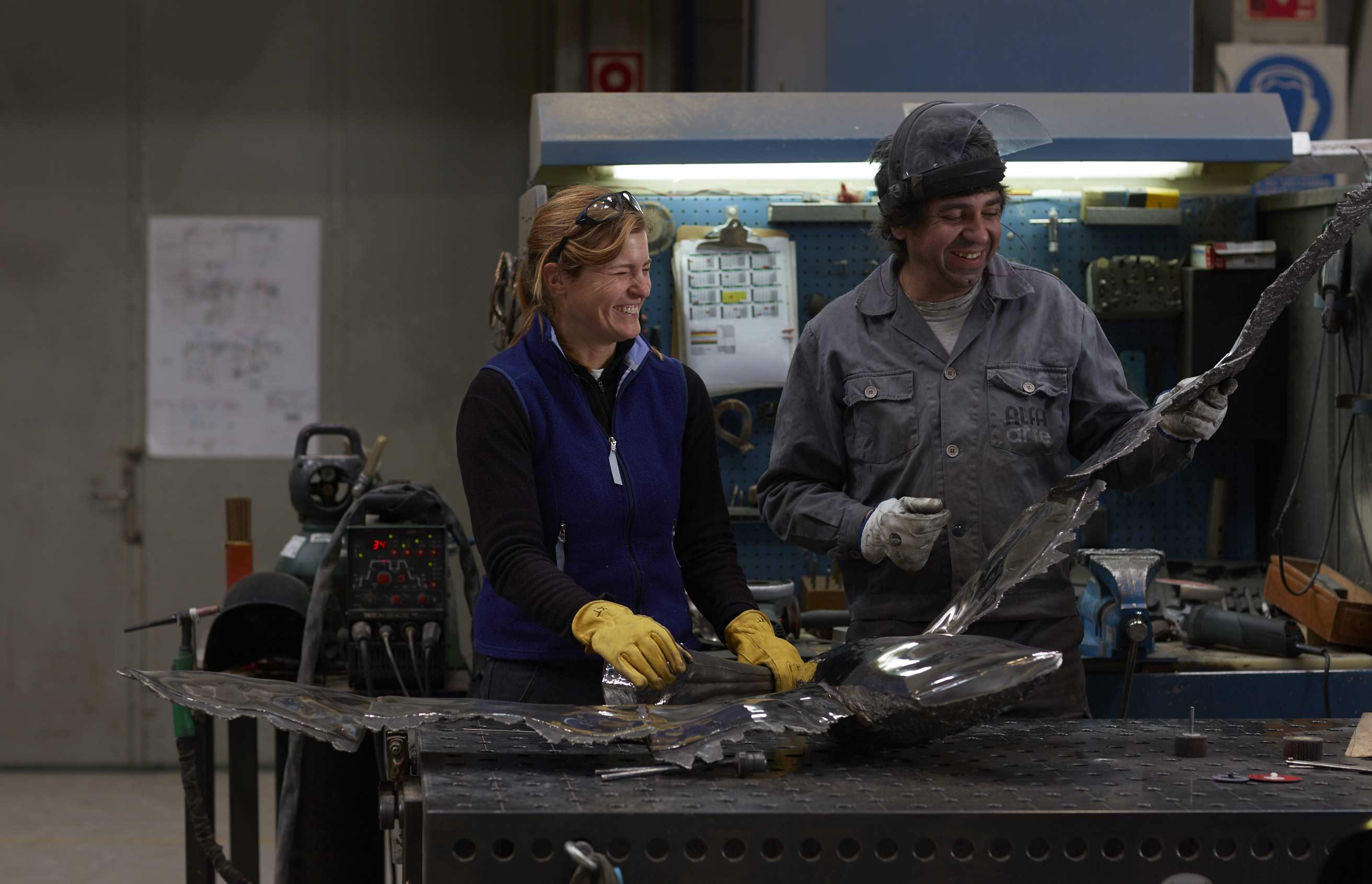 Katherine Taylor trabajando en Alfa Arte. Proyecto escultórico: #PelicansFlyTogether, en acero inoxidable, instalada en St. Paul´s School, Concord, NH. USA