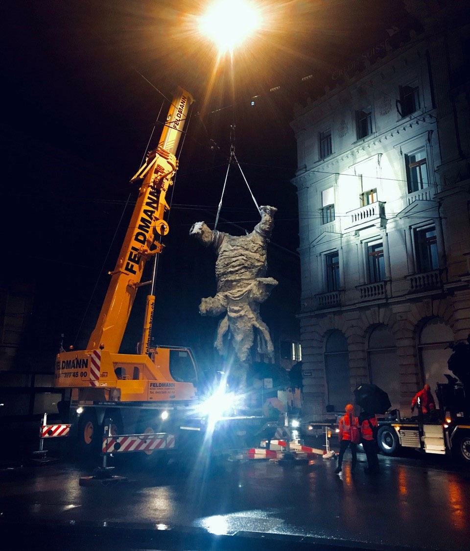 Sculpture GRAN ELEFANDRET, by Miquel Barceló, being installed at the Paradeplatz in Zurich by Tobias Mueller Modern Art AG