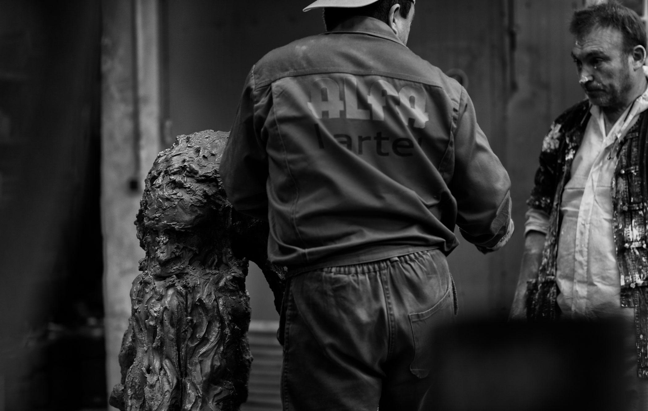 Miquel Barceló at Alfa Arte, working on the sculpture HOMENAJE A RAMÓN LLULL