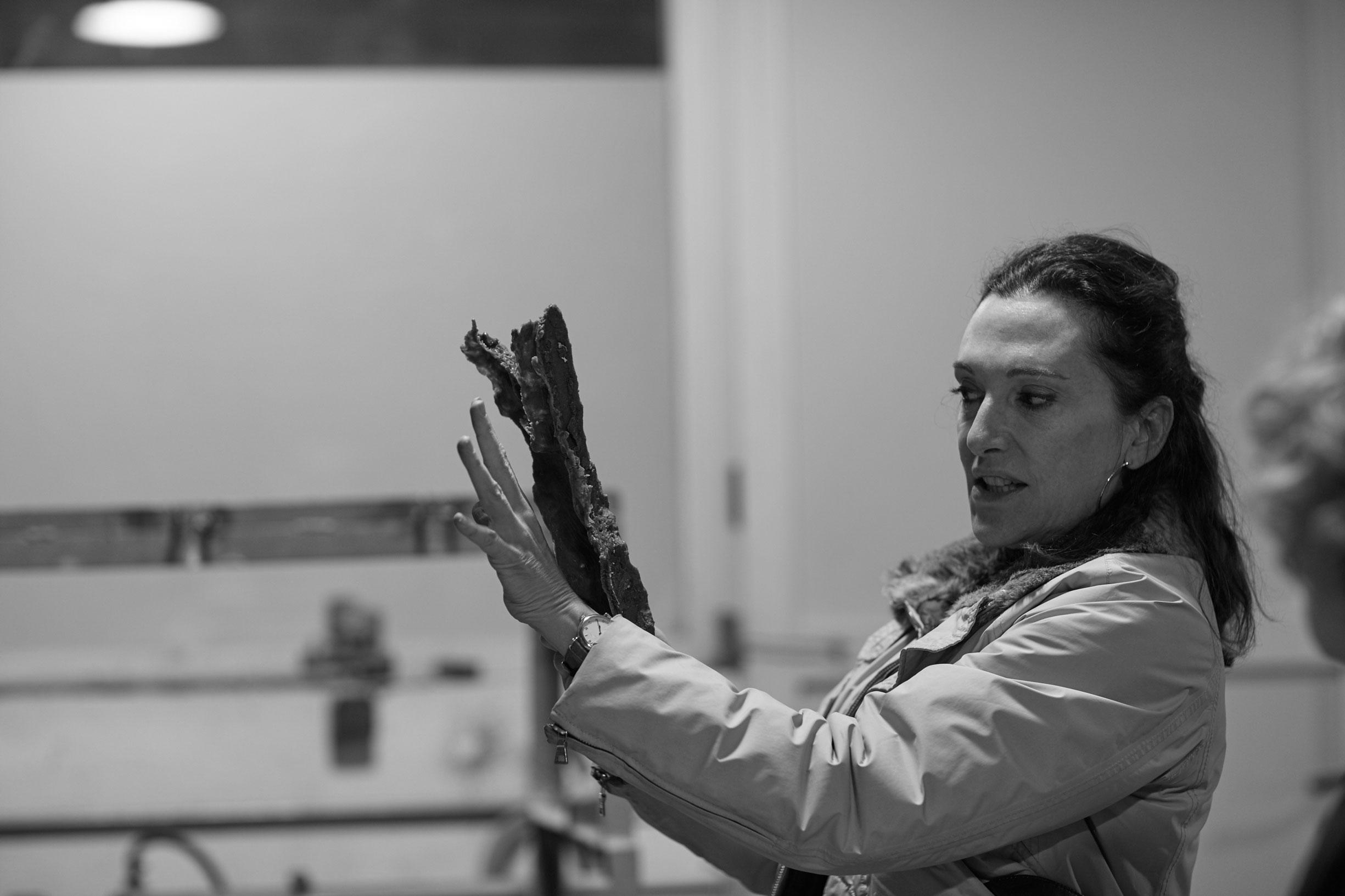 Cristina Iglesias trabajando en Alfa Arte, proyecto ARROYOS OLVIDADOS - FORGOTTEN STREAMS. Bronce. Para Bloomberg Place, Londres