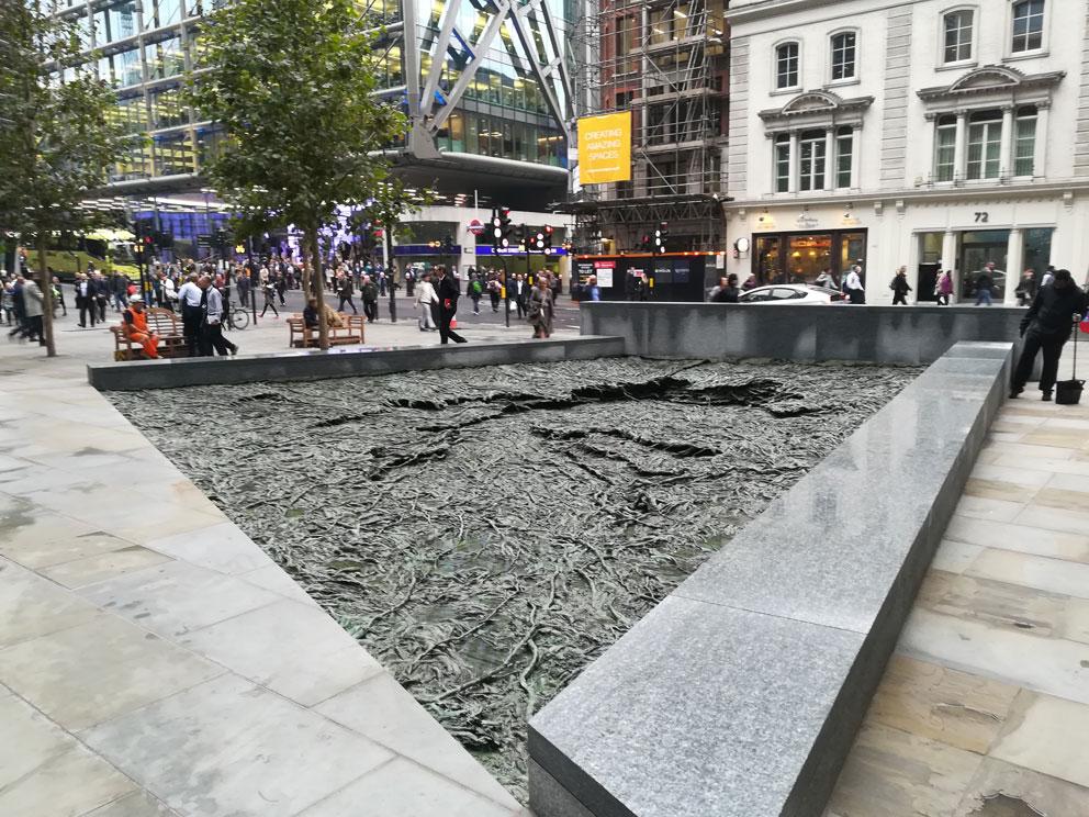 Cristina Iglesias trabajando en Alfa Arte, proyecto ARROYOS OLVIDADOS - FORGOTTEN STREAMS. Bronce. Realizada en Alfa Arte. Escultura instalada en Bloomberg Place, Londres