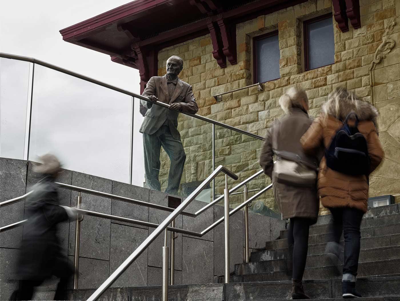 Lurdes Umerez. Tribute to VICENTE ZARAGÜETA. Sculpture in bronze, cast in Alfa Arte and installed in the Donostia - San Sebastián Aquarium.