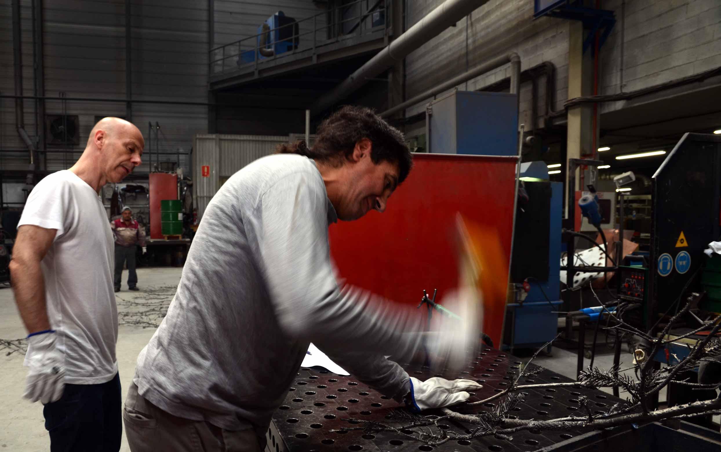 Philippe Parreno en Alfa Arte. Proceso de construcción de la escultura FRAUGHT TIMES, FZRA JANUARY, 1998, en acero inoxidable.