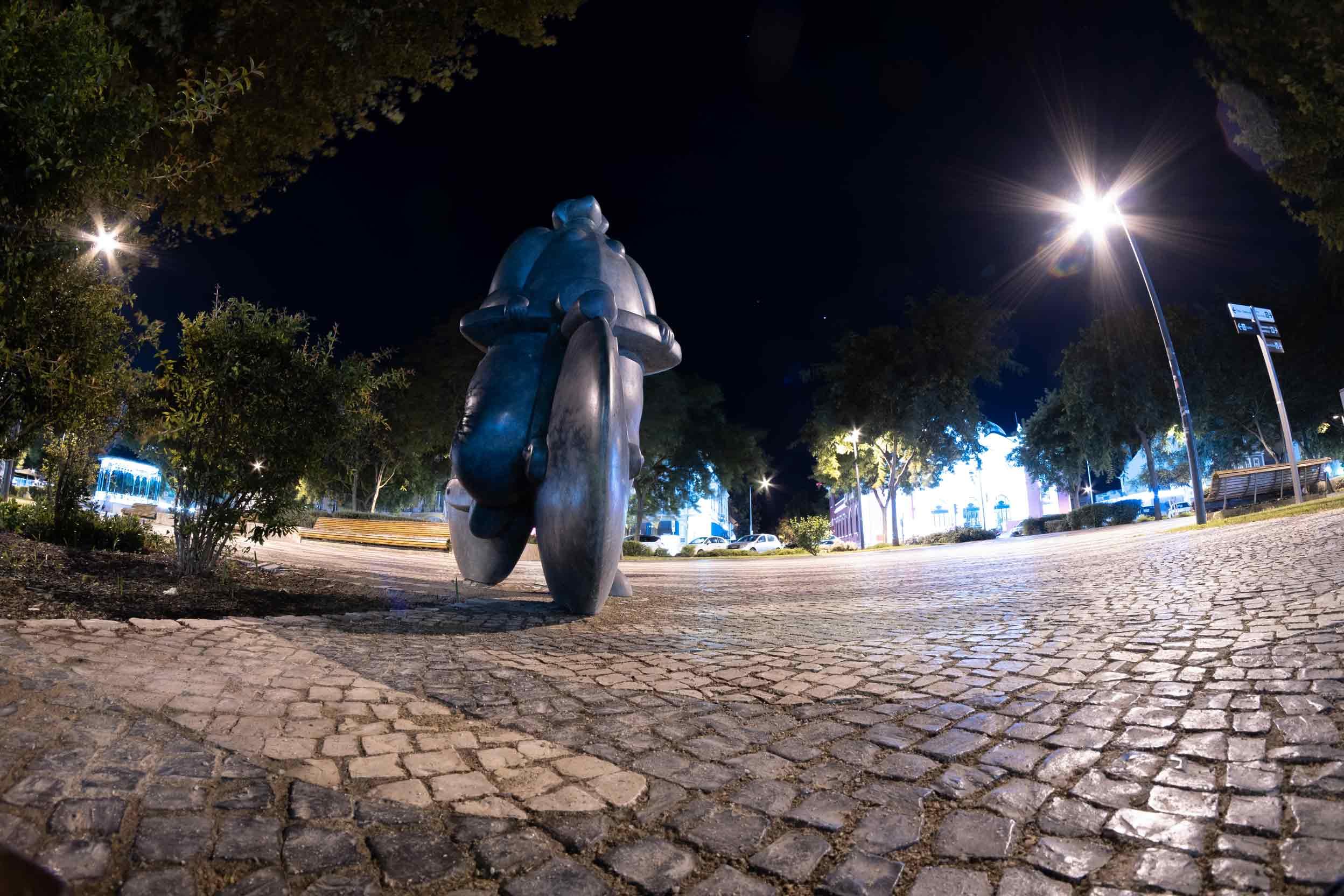 Escultura en bronce realizada en Alfa Arte a partir de la escultura original  Menina C/ Bicicleta del escultor João Duarte, instalada en la ciudad de Setúbal, en Portugal. Vista nocturna.