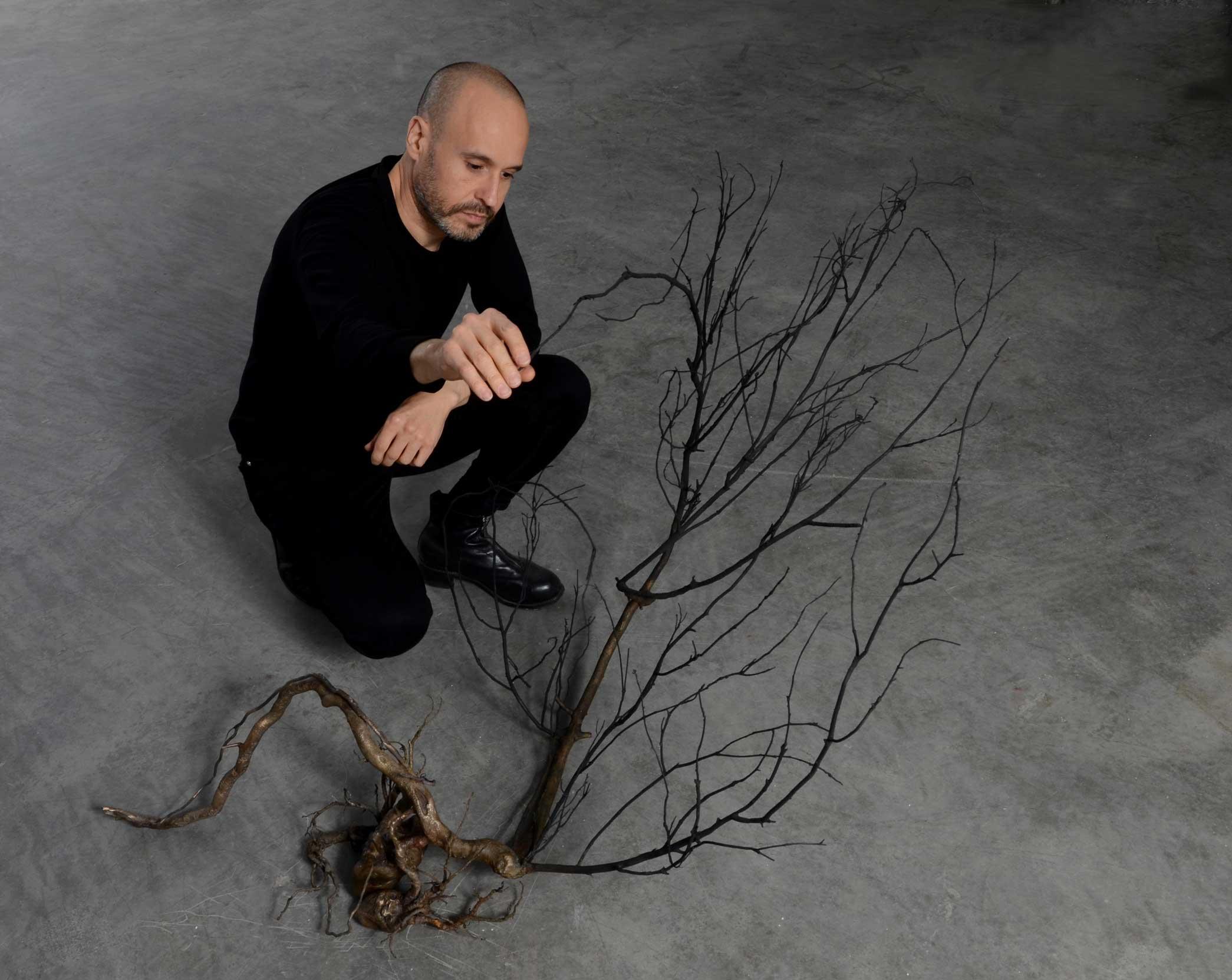 El escultor Javier Pérez con su obra, Doble Latido, realizada en Alfa Arte. Bronce y acero inoxidable.