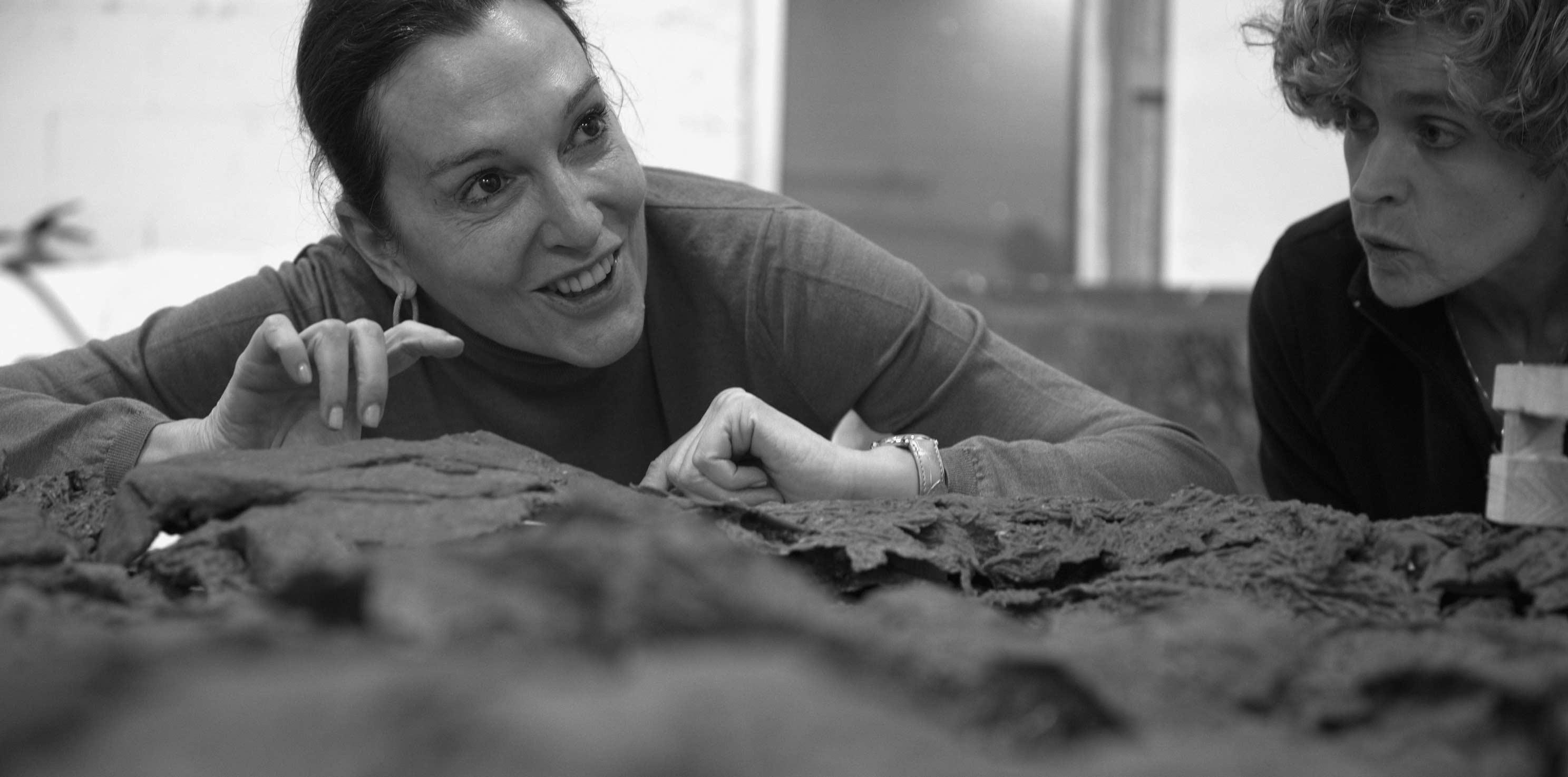 Cristina Iglesias en Alfa Arte dirigiendo la producción de la obra escultórica HONDALEA. Proyecto para la Casa Faro de la Isla de Santa Clara en Donostia San Sebastián.