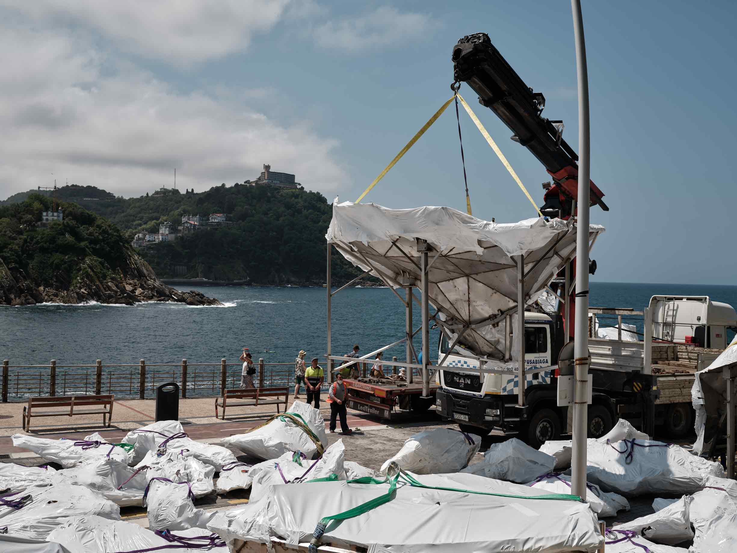 Producción en Alfa Arte de la obra escultórica HONDALEA. Proyecto de Cristina Iglesias para la Casa Faro de la Isla de Santa Clara en Donostia San Sebastián. Fase de montaje con traslado en helicóptero.