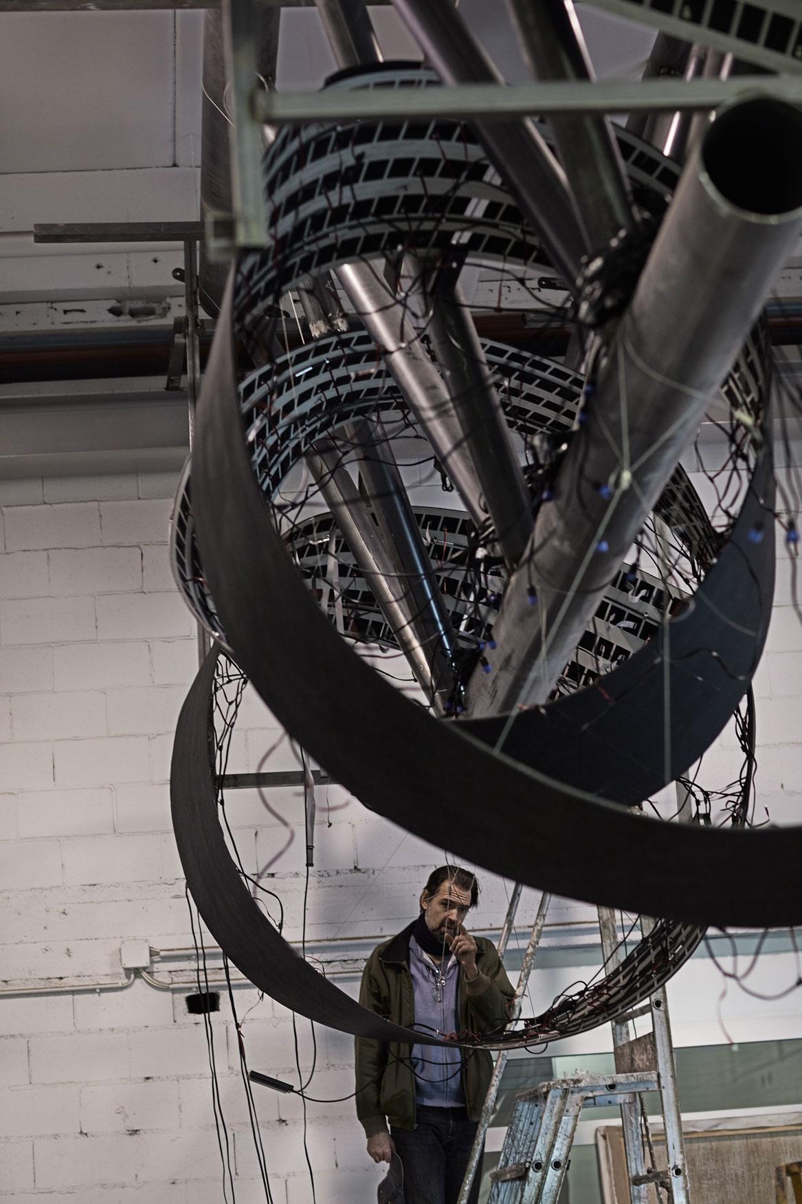Daniel Canogar y equipo en Alfa Arte, proyecto TENDRIL. Escultura instalada en el aeropuerto de Tampa, en USA