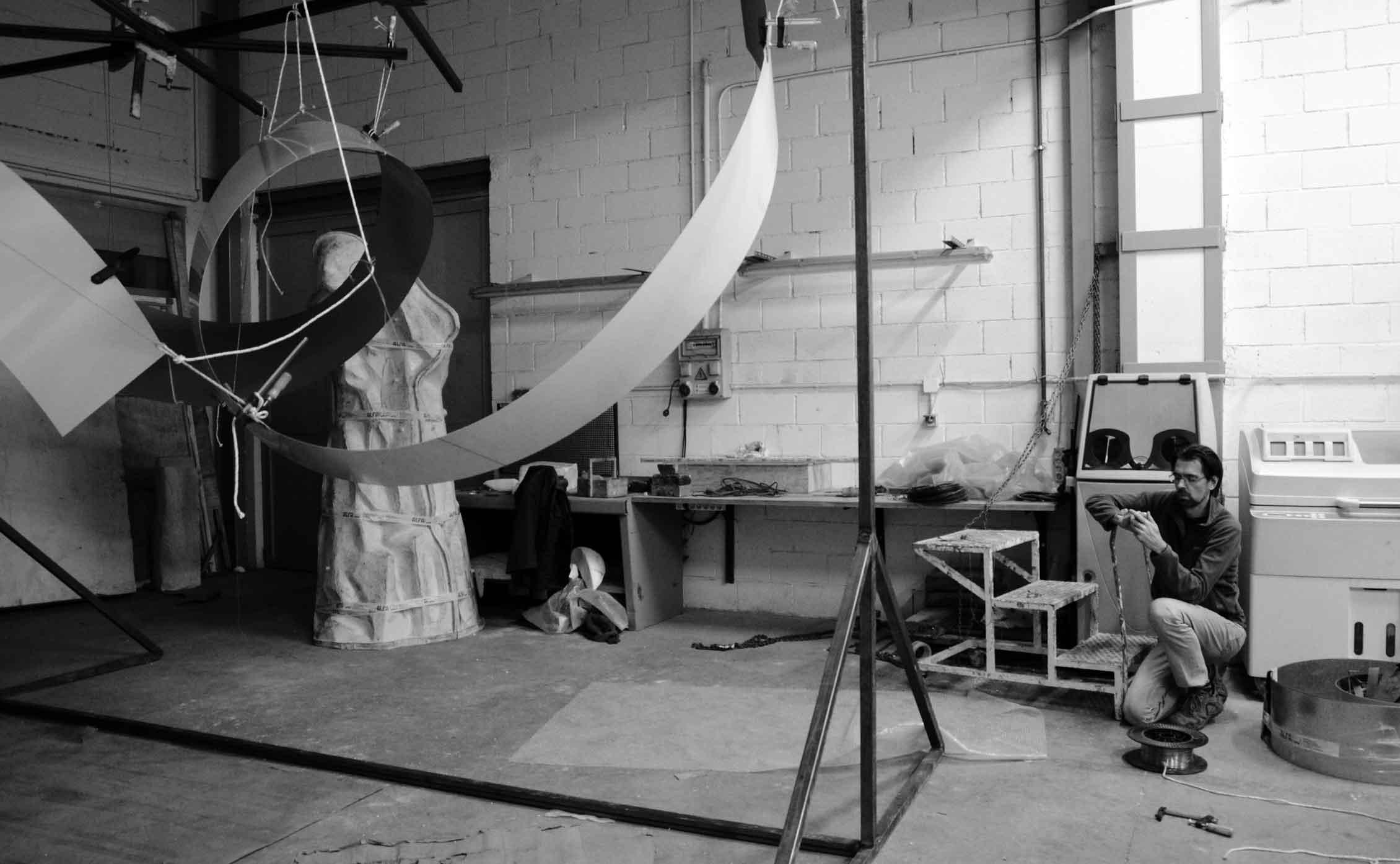 Daniel Canogar at Alfa Arte. Preparation of the work CROSS ROAD DKV