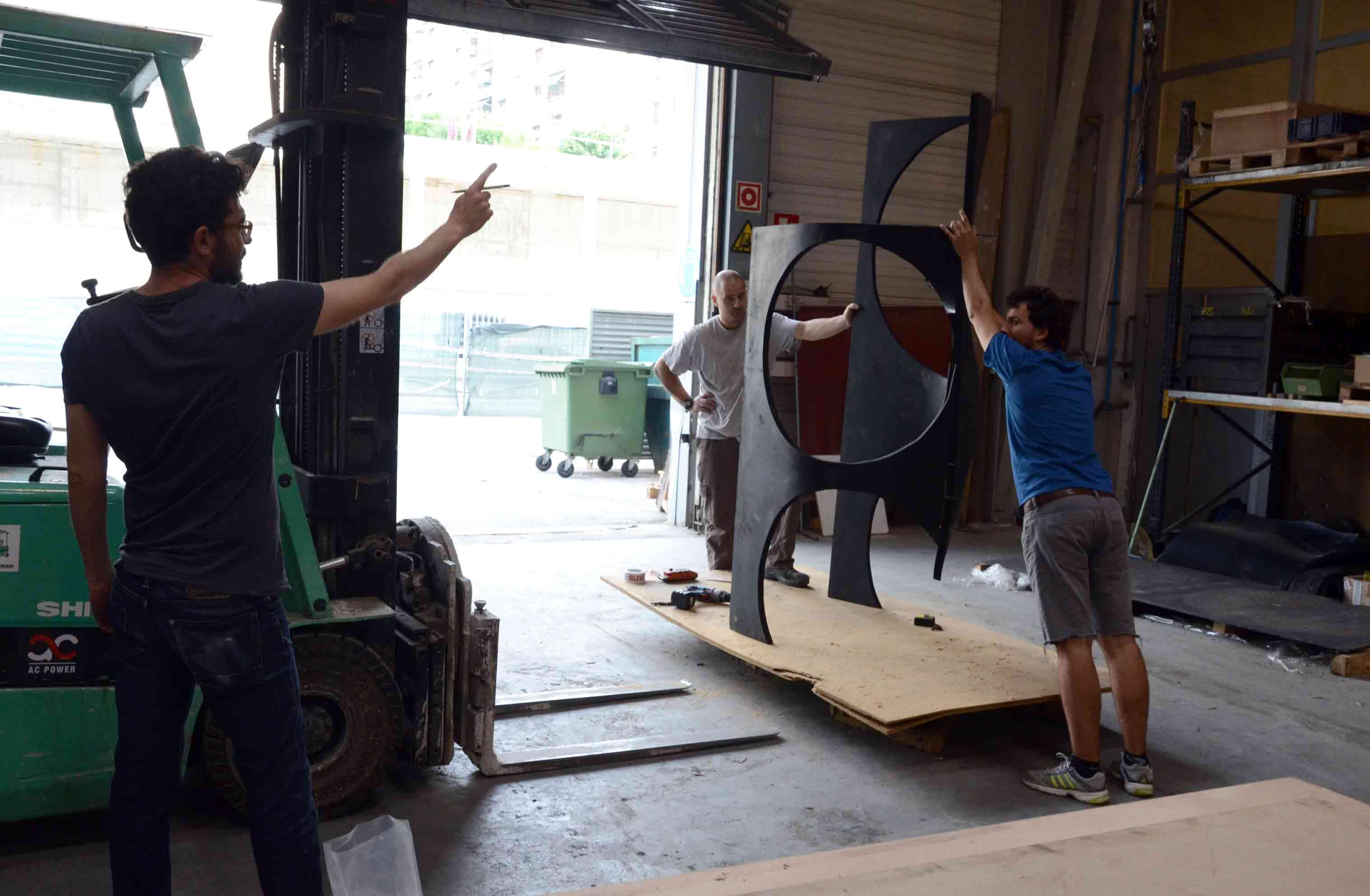 Asier Mendizabal coordinates the assembly of his sculpture AGORAMAQUIA in Alfa Arte