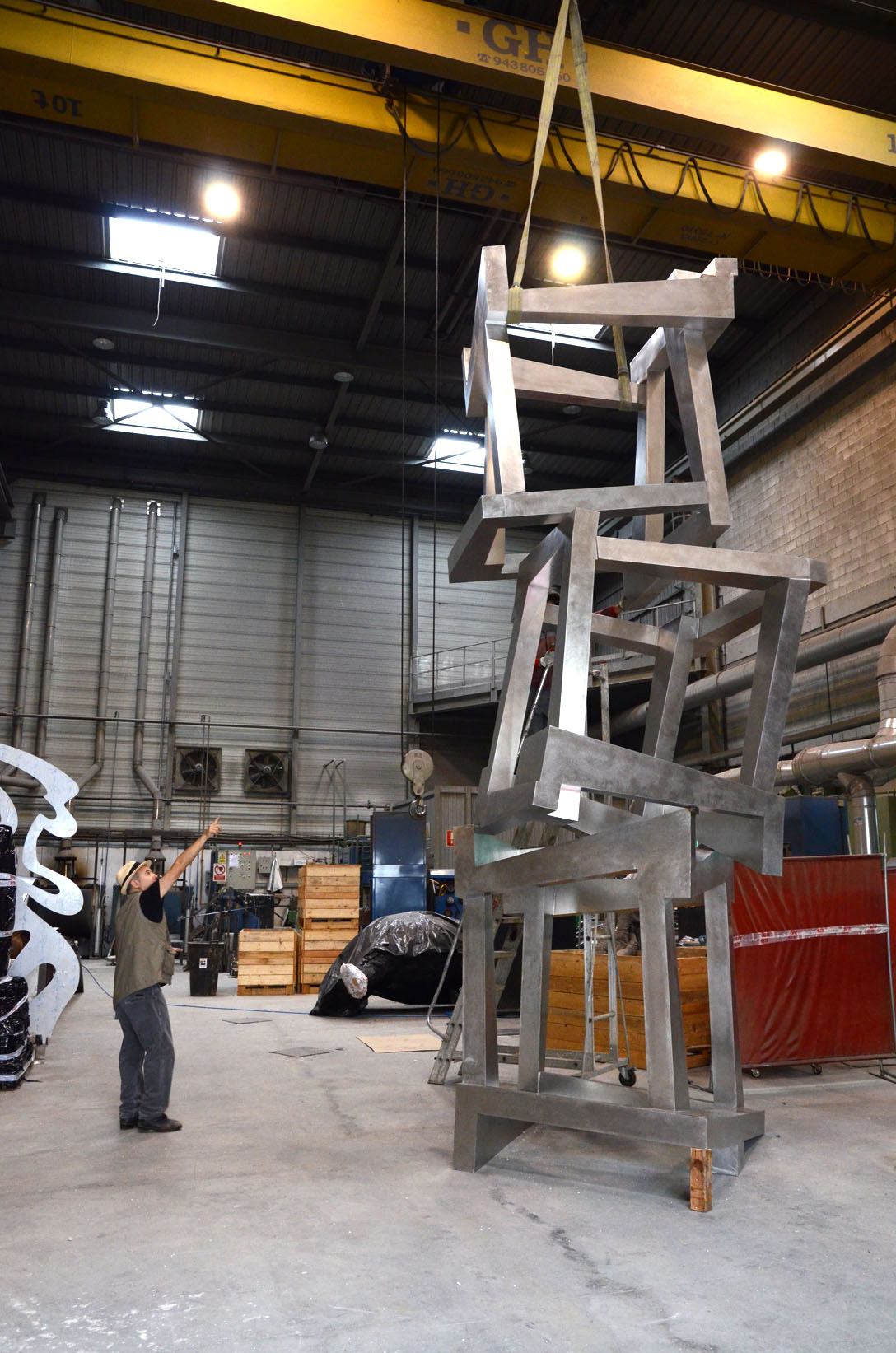 Jedd Novatt directs the assembly of his sculpture CHAOS GETARIA, built in stainless steel, in Alfa Arte