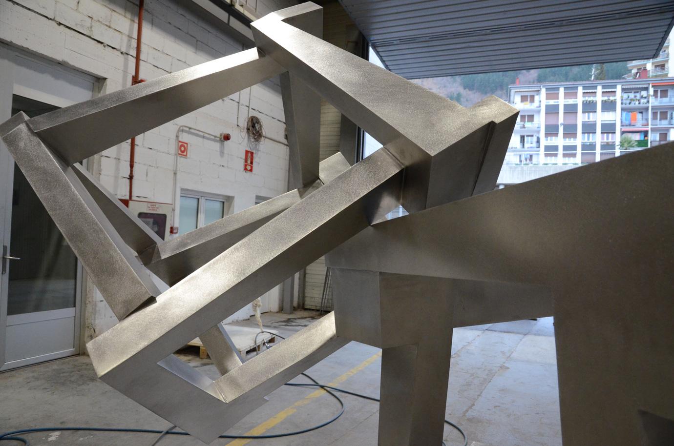 CHAOS TECTONICS, obra de Jedd Novatt, en acero inoxidable, construida en Alfa Arte