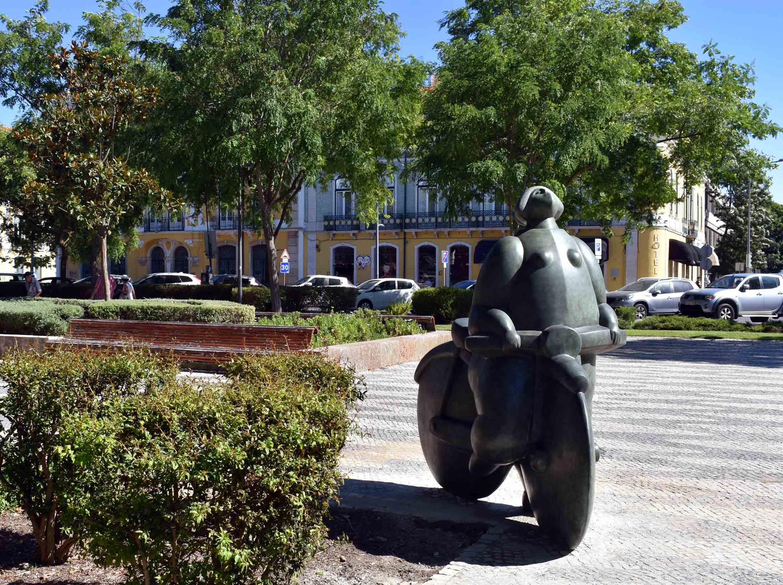 Escultura en bronce realizada en Alfa Arte a partir de la escultura original  Menina C/ Bicicleta del escultor João Duarte, instalada en la ciudad de Setúbal, en Portugal
