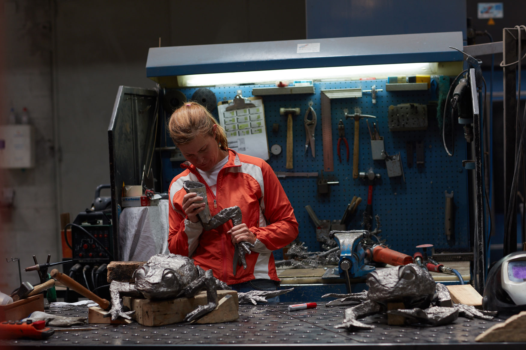 Katherine Taylor working in Alfa Arte. FROGS project, in stainless steel.