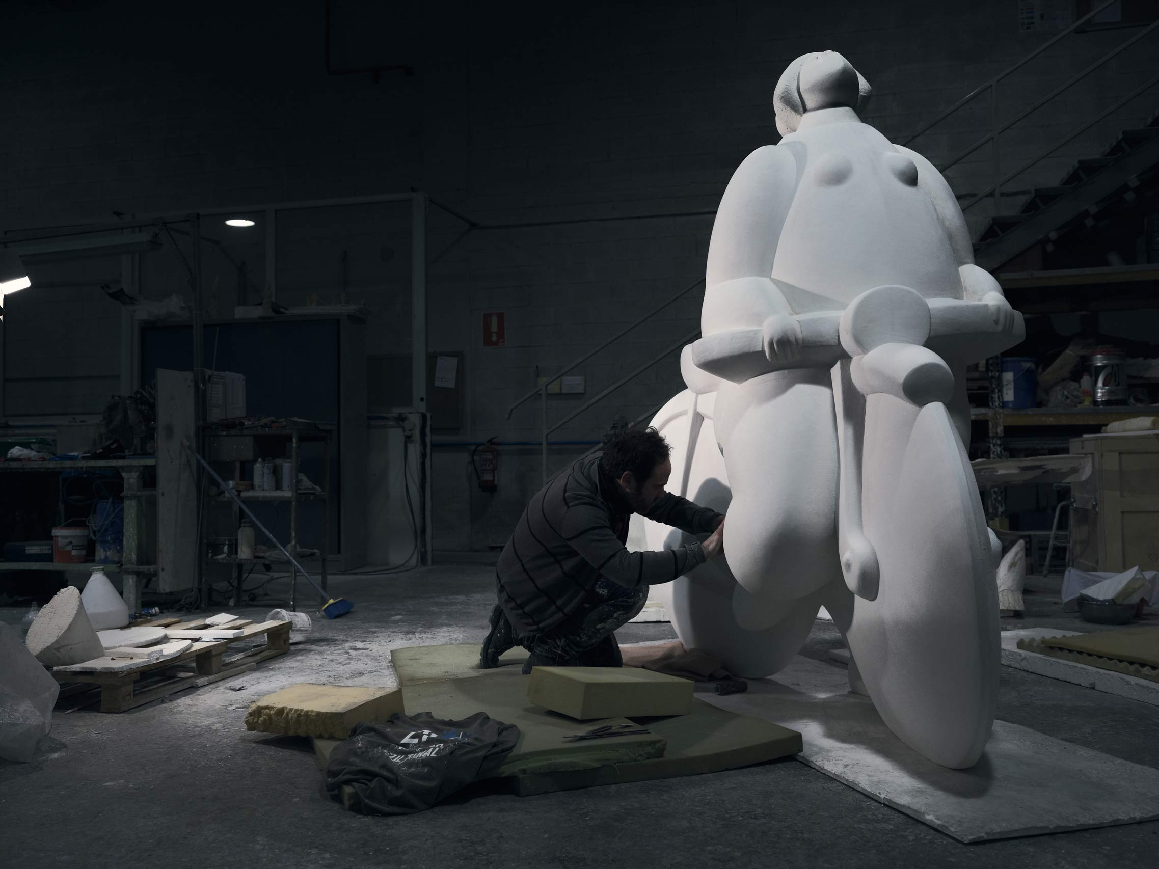 Trabajador de Alfa Arte retoca el modelo ampliado a partir de la escultura original  Menina C/ Bicicleta del escultor João Duarte para la ciudad de Setúbal en Portugal