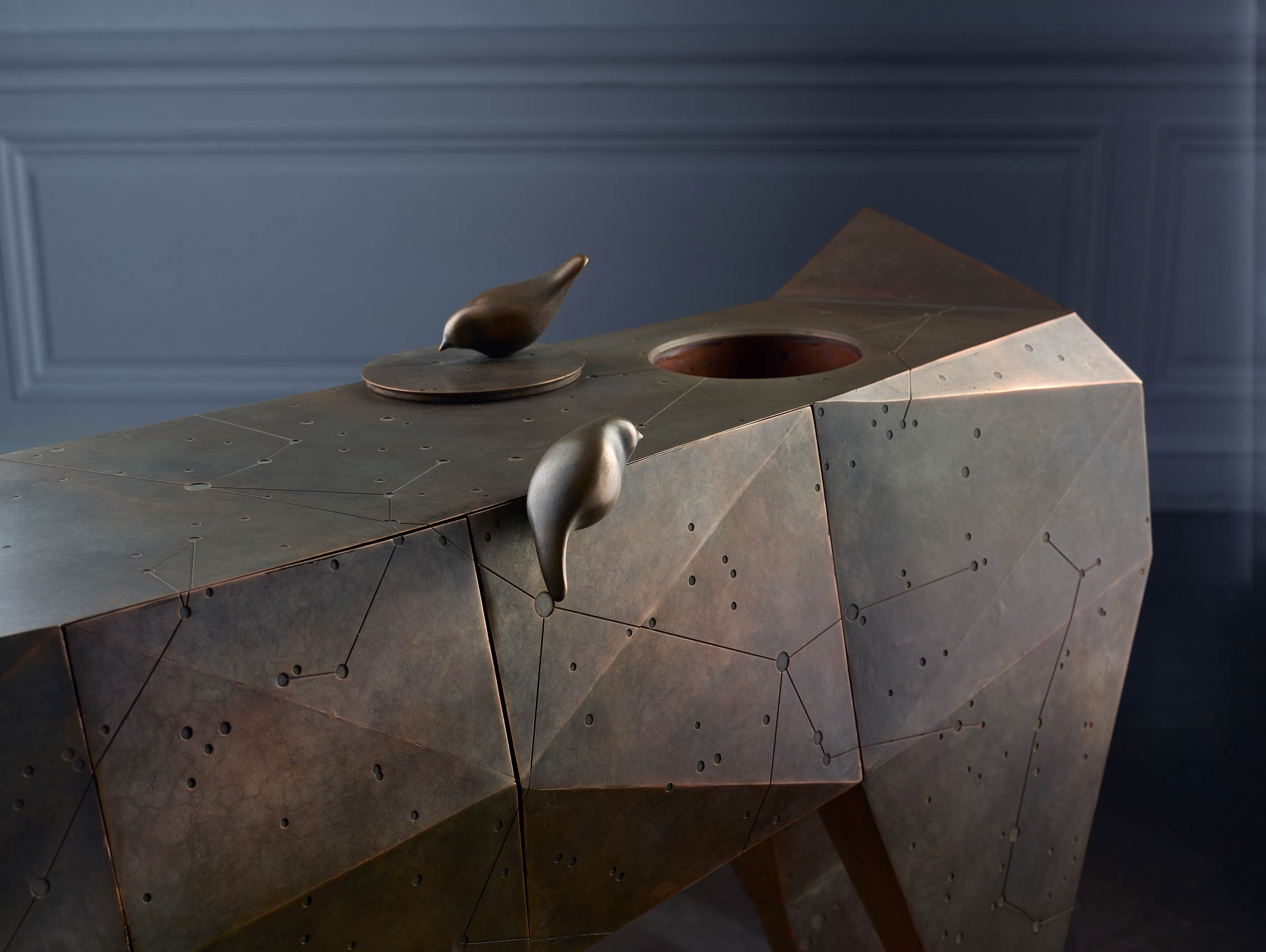 CERNUNNOS, CONSOLA CIERVO, del diseñador Santos Bregaña para la firma NUMENA. Fabricado en Alfa Arte