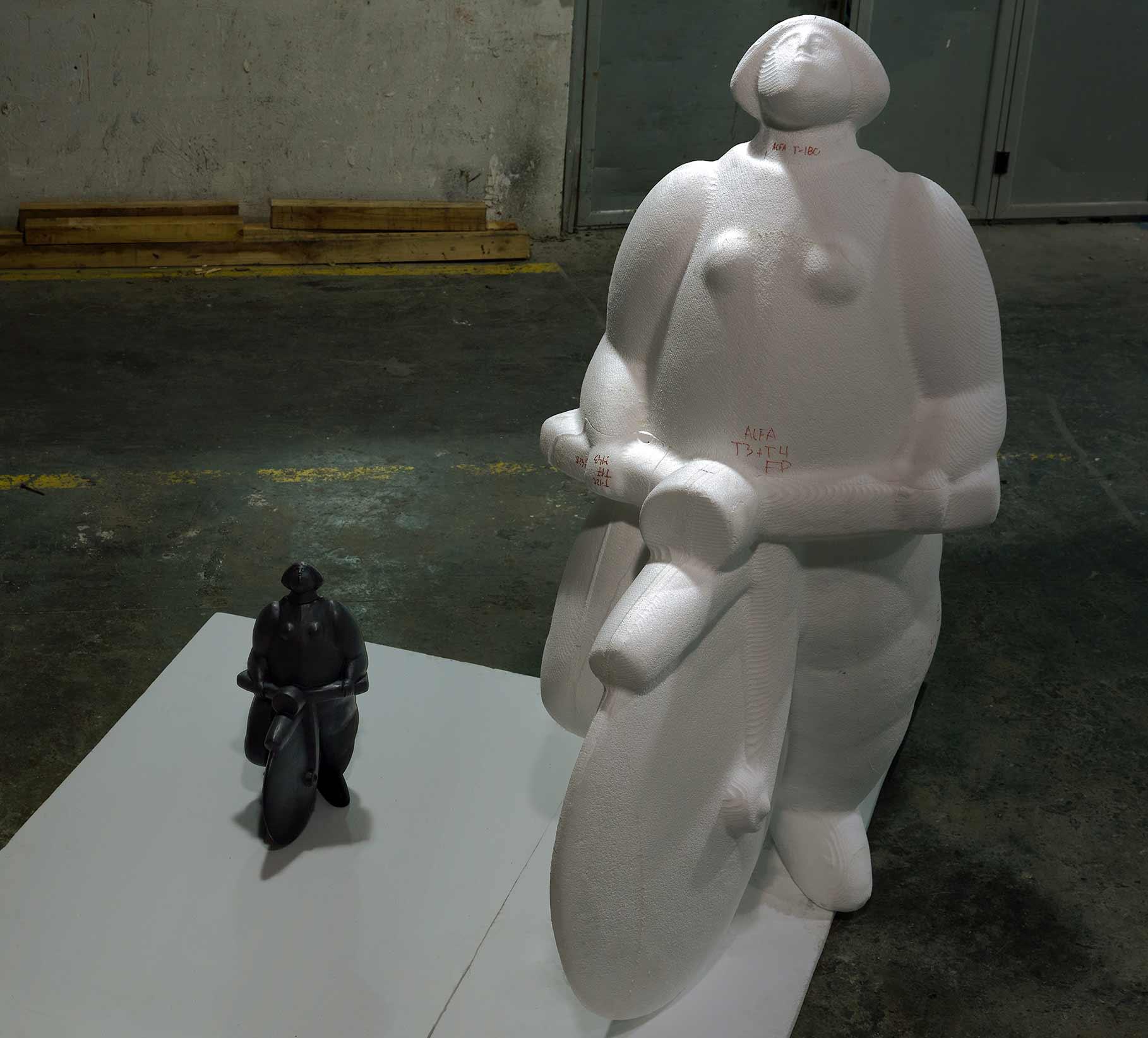 Maqueta Original y ampliación escultura Menina C/ Bicicleta del escultor João Duarte para la ciudad de Setúbal en Portugal