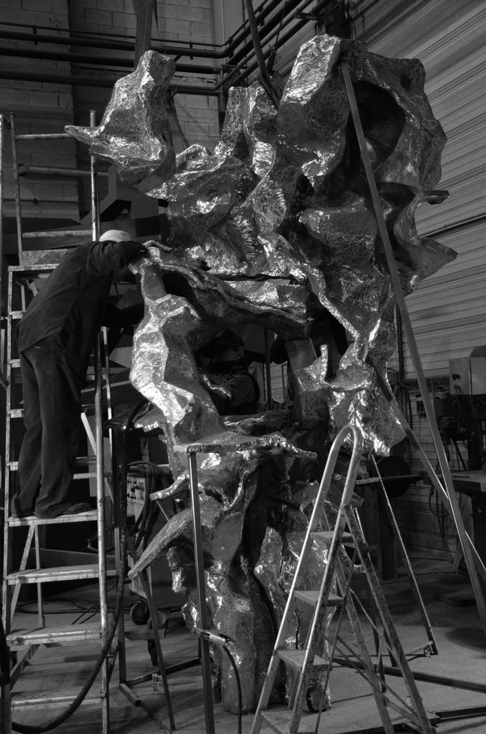 Vicente Larrea, trabajando en Alfa Arte. Escultura en bronce SONATA PARA UN POETA